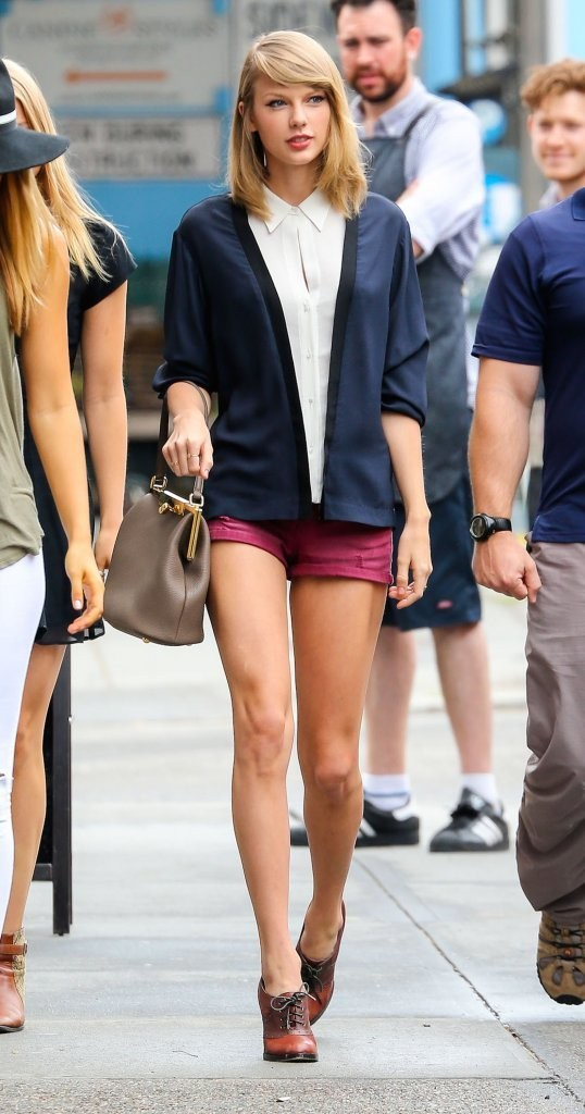 Taylor Swift Out For Lunch With Friends In NYC