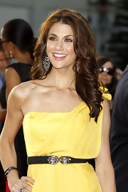 Samantha Harris was all smiles as she showed off her long curls on the red carpet.