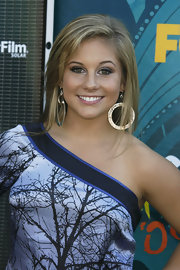 Shawn Johnson complemented her stylish dress with a pair of dangling gold hoops at the 2009 Teen Choice Awards.