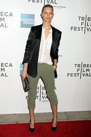 Karolina Kurkova teamed her olive capris with black patent pumps.