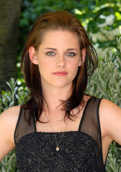 Kristen Stewart accessorized with a tiny gold pendant at the 'Twilight Saga: Eclipse' photocall in Rome.