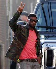 Usher matches a camo jacket to a bright pink shirt to the Jimmy Kimmel show.  Pink and camo, war and peace, we're loving he contrasts.