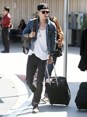 Austin Butler chose a classic denim jacket for his cool and casual travel look.