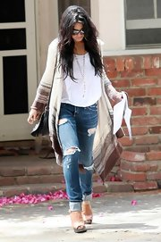 Vanessa paired her loose sweater and ripped boyfriend jeans with tan clogs.