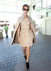 Victoria Beckham put our airport-wear to shame in this crisp caped trench and platform pumps.