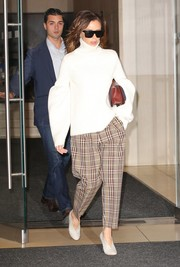 Victoria Beckham pulled her look together with a pair of pale-gray pumps.
