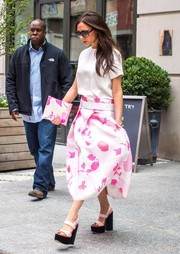 Victoria Beckham sealed off her casual-chic look with a pair of chunky pink platform sandals.
