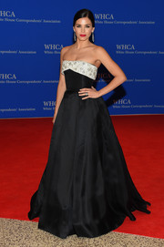 Jenna Dewan-Tatum looked downright regal at the White House Correspondents' Association Dinner in a black Reem Acra strapless gown with an embellished silver foldover bustline.