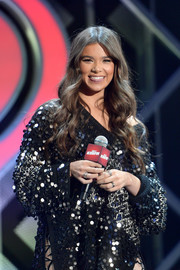 Hailee Steinfeld accessorized with multiple rings during 102.7 KIIS FM's Jingle Ball 2018.