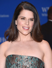 Neve Campbell wore a simple flippy hairstyle to the White House Correspondents' Association Dinner.
