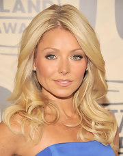 Kelly Ripa wore her long hair in soft waves at the 10th Annual TV Land Awards.