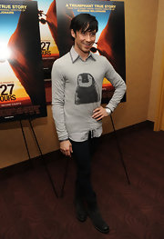 Johnny wears an adorable penguin crewneck sweater to the '127 Hours' premiere.