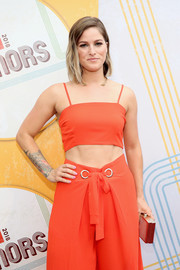 Cassadee Pope attended the 2018 ACM Honors carrying an elegant box clutch.