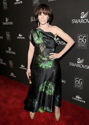 Parker Posey sported a classic bob with long, piecey bangs on the red carpet at the Costume Designers Guild.