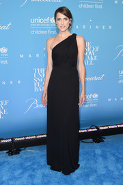 Allison Williams looked simply divine in a black one-shoulder gown by Carolina Herrera at the UNICEF Snowflake Ball.