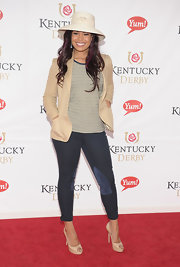 Jordin Sparks teamed her casual red carpet attire with nude platform peep-toes.
