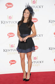 Vanessa Minnillo carried an elegant black satin clutch with her ladylike black dress.