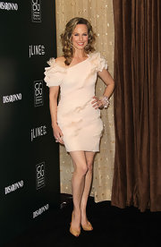 Melora Hardin complemented her feminine frock with nude keyhole pumps.