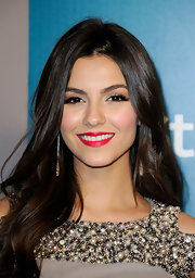 Victoria Justice wore a bright blue-based red lipstick at a Golden Globe Awards after party.