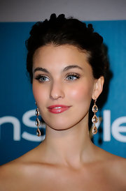 Rainey Qualley looked simply beautiful in a pair of dangling crystal earrings at the Warner Bros. and InStyle Golden Globe After Party.