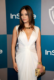 Rose McGowan gave her white Grecian gown a tribal vibe with a collar necklace and studded snakeskin clutch.
