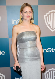 Jennifer Morrison paired her silver tube gown with a round black box clutch.