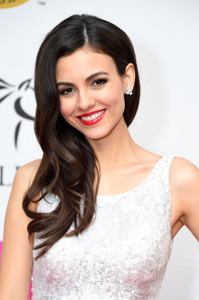 Victoria Justice wore her wavy hair swept to the side when she attended the 2018 Kentucky Derby Unbridled Eve Gala.
