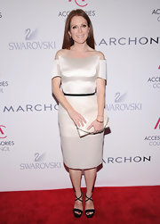 Julianne looked minimal yet artistic in this structural off-the-shoulder dress on the ACE Awards red carpet.