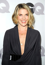 Ali Larter wore a long  Cloud clip on pendant necklace of 18-carat yellow gold with moonstone and diamond by CALEO and a charming Lisa Michlle necklace of 14-carat yellow gold with diamonds by Dana Rebecca Designs.