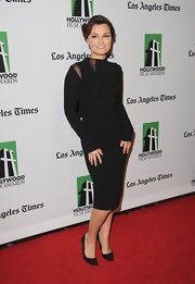 Samantha looked striking in this fitted LBD with mesh cutouts.