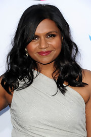 Mindy Kaling attended the 17th Annual Critics' Choice Movie Awards wearing her long hair with natural waves.