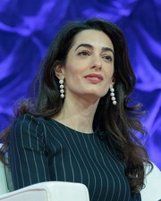 Amal Clooney adorned her lobes with a pair of dangling pearl earrings.