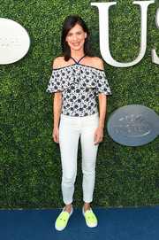 Perrey Reeves sealed off her casual look with white skinny jeans.