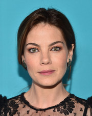 Michelle Monaghan glammed up her look with a pair of dangling emerald earrings by Graziela Gems.