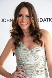 Louise Roe wears her slightly ombre hair center-parted with unfussy curls