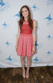Allison played with prints when she donned this sleeveless red patterned dress that featured a box-pleated skirt.