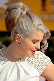 Kelly Osbourne wore her hair in a high wrapped ponytail with face-framing curls at the 18th Annual SAG Awards.