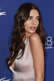Emily Ratajkowski attended the Costume Designers Guild Awards wearing her hair in long center-parted curls.