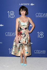 Constance Zimmer finished off her ensemble with a geometric mirrored clutch by Vince Camuto.