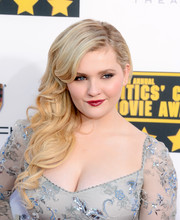 Abigail Breslin looked sweet and gorgeous with this wavy side sweep at the Critics' Choice Awards.