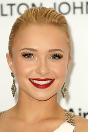 Hayden Panettiere vamped up her elegant ensemble with a sultry red pout. Wispy lashes and a flushed cheek completed her glowing look.