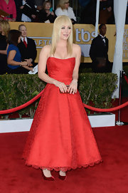 Kaley went for a retro look on the red carpet in this strapless red tea-length dress.