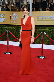 Annie looked simply magnificent in this streamlined red gown with a black waistband.