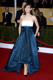 Marion Cotillard never gets it wrong! Our style crush on her grew stronger with this voluminous two-tone gown with a subtle fishtail hem and long train.