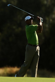 Tiger wears a plain broan leather belt with these pleated golfing pants.