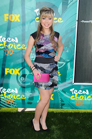Jennette McCurdy paired her multi-colored sequin dress with a hot pink box clutch.