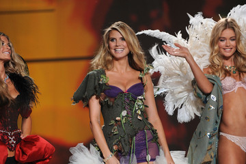 Heidi Klum Doutzen Kroes 2009 Victoria's Secret Fashion Show - Runway