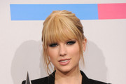 Taylor Swift Straightens up at the AMAs