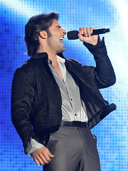 Jencarlos performs at the Latin Music Awards in dress pants and a quilted jacket.