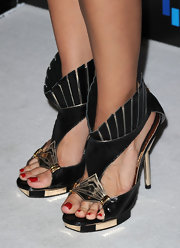 Rachel rocked a standout pair of cutout leather sandals.